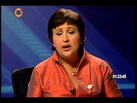 Tibisay Lucena muestra la partida de nacimiento de Maduro