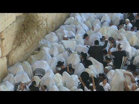 شاهد : آلاف اليهود يمارسون طقساً دينياً عند حائط المبكى بالقدس…  - نشر قبل 59 دقيقة