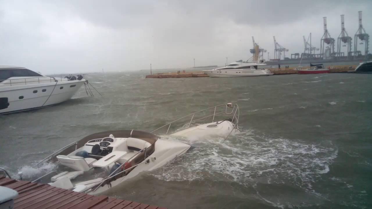 На парусной яхте в шторм в Атлантике - YouTube | 720x1280