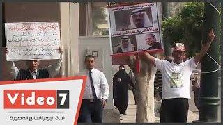 مواطنين يرفعون صور السيسى وخادم الحرمين ترحيبا بزيارة الملك سلمان للبرلمان