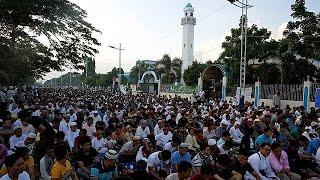 معظم دول العالم العربي والاسلامي تحتفل بأول أيام عيد الفطر المبارك