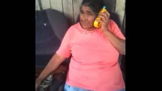 Tiganca vorbeste la telefon