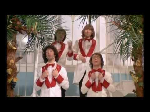 Les charlots chantent dans film Le Grand Bazar