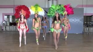 Бразильское исполнение танца самбы в Сан-Диего.