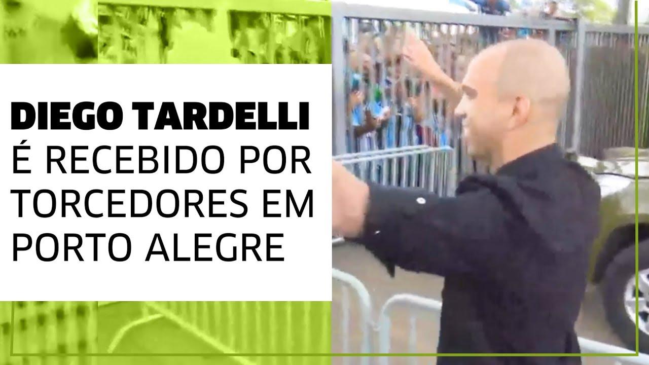 Diego Tardelli desembarca em Porto Alegre com festa da torcida do Grêmio 605b8d6a49366