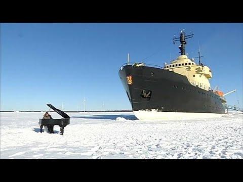 عازف بيانو يقدم موسيقى كلاسيكية أمام كاسحة جليد تبحر في فنلندا  - 22:21-2018 / 3 / 16