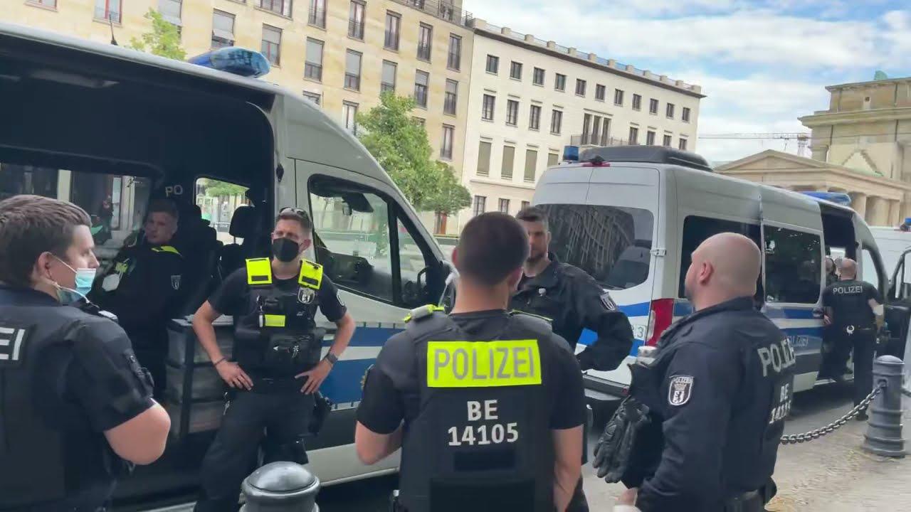 Berlin - demofrei, aber von der eigenen Polizei belagert. Kurz-Reportage aus der Hauptstadt.