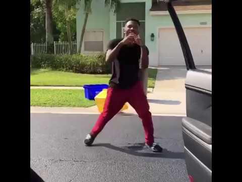 Мужчина попытался выполнить флешмоб #InMyFeelings и попал под машину!