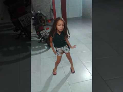 Minha prima de 7 anos dançando