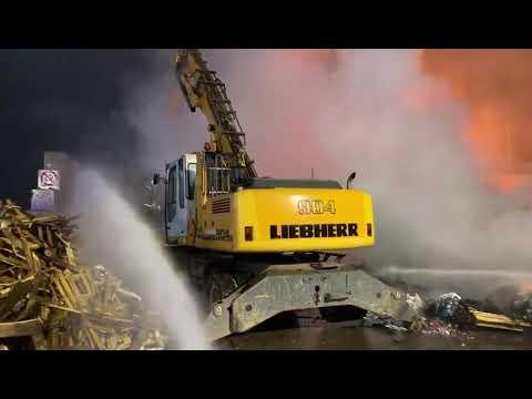 Incendio al centro di smistamento rifiutiV...