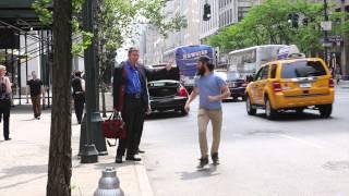 ニューヨークに現れた一人の男。彼がハイタッチし続ける相手とは?