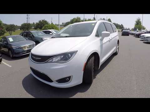 Walkaround Review of 2017 Chrysler Pacifica 94081A