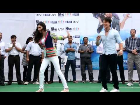 """""""Chal Wahaan Jaate Hain"""" Song Tiger Shroff And Kriti Sanon Dancing In The Rain"""