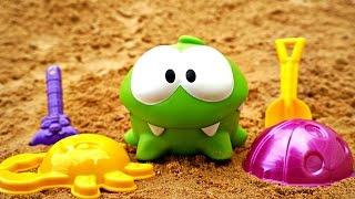 Видео для детей. Ам Ням делает куличики. Игры в песочнице.