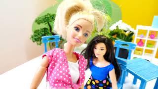 Barbie oyuncakları 2019. Barbie kafede sağlıklı yiyecek alıyor. Yemek oyunu
