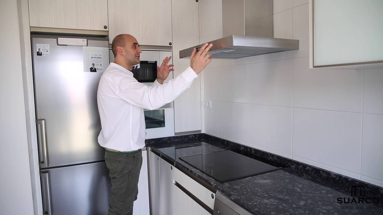 Una cocina moderna estrecha y muy pequea con encimera de