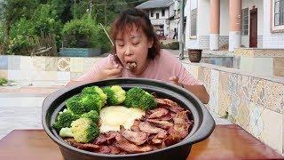 秋妹今天做了煲仔飯,裡面放入自家做的香腸,一次吃一鍋,看餓了【顏美食】