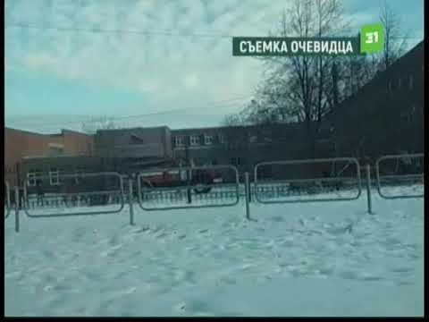 Детей выводят на улицу без верхней одежды. В Челябинске загорелась школа