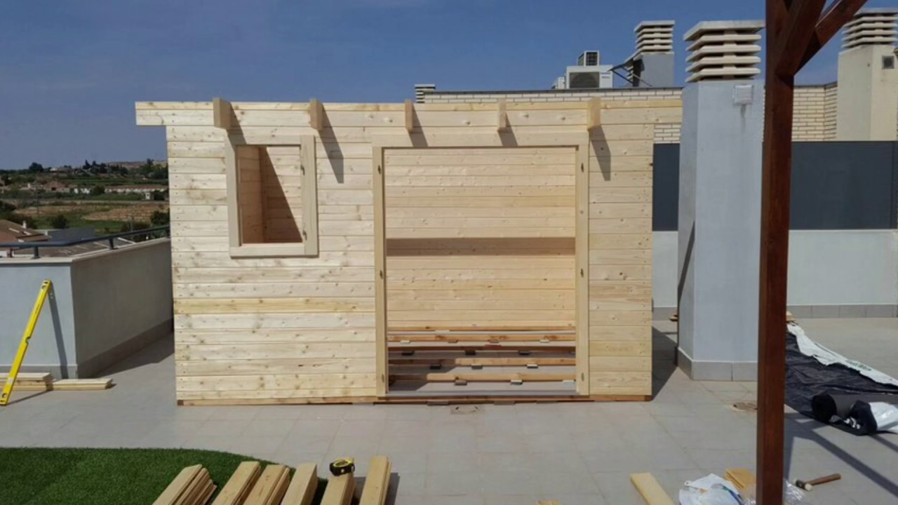 As se monta una casita de madera en la terraza de un