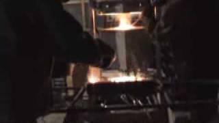 Слив готовой стали(Производство булатной, дамасской и других сталей в Сибири, Ковка топоров, ножей, тёсел, скобелей. - - - Подробн..., 2009-08-17T18:44:02.000Z)
