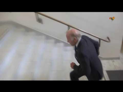 Joe Biden gör hoppsasteg i trappen innan han möter Stefan Löfven