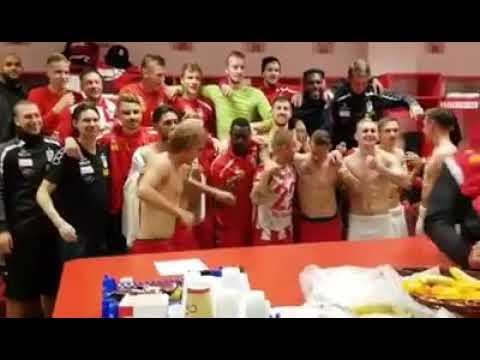 Die Manschaft vom RWE ! feiert die Fanfreundschaft mit dem Halleschen FC ! .
