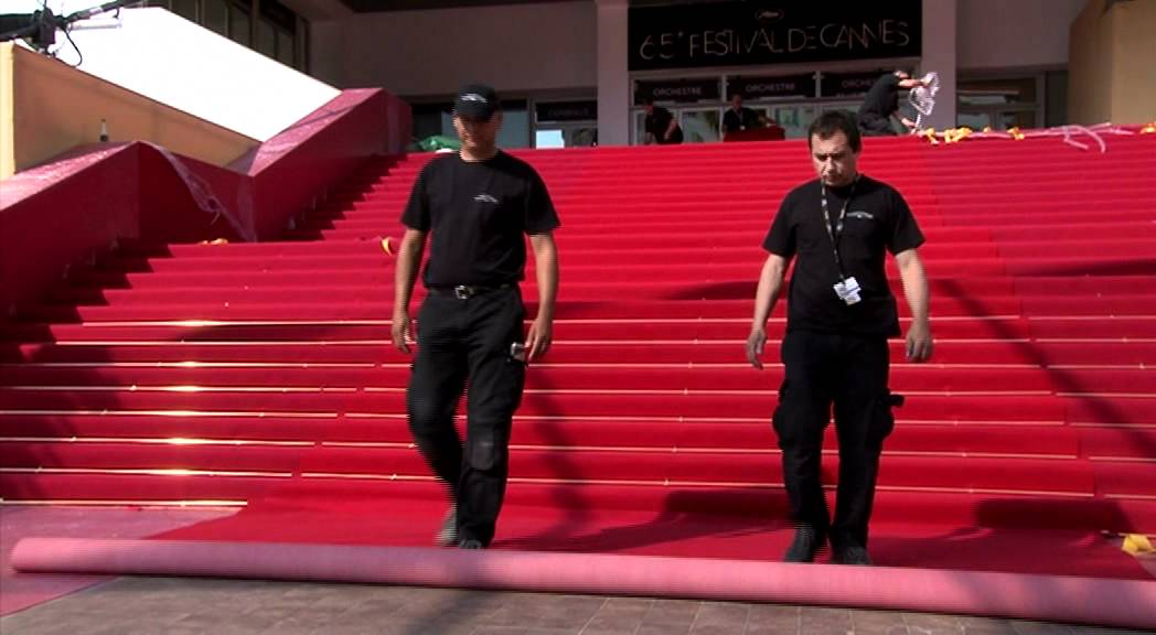 Tapis rouge sur les marches du palais des festivals et des congr s de cannes youtube - Festival de cannes tapis rouge ...