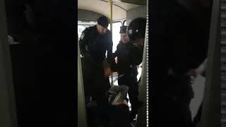 Фото Полицейские в автозаке избили задержанного на акции в центре Москвы
