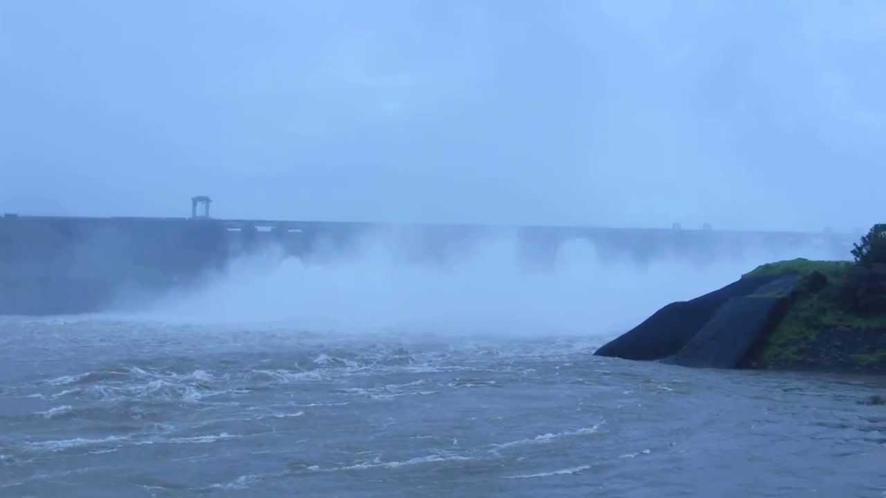A beautiful mist of water - A view of Ukai Dam surat - YouTube