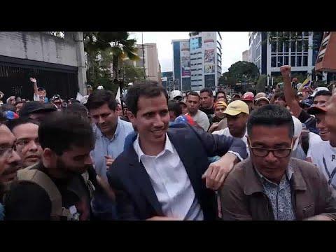 شاهد: زعيم المعارضة الفنزويلية بين المتظاهرين خلال اشتباكهم مع الأمن…