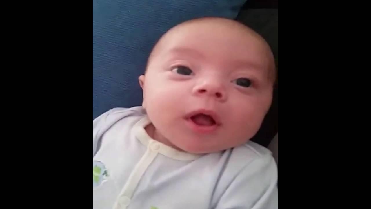 un bebe qui regurgite