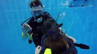 Обучение дайвингу - погружение в бассейне
