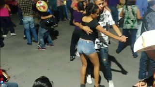 Gambar cover La Familia Ética en la plaza de armas bailando