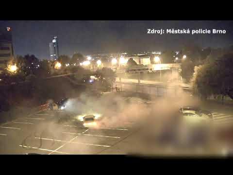 Tuneři v Brně driftovali u Ústředního hřbitova, došlápli si na ně strážníci thumbnail