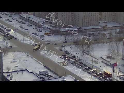Автобус снёс забор на Мира в Сургуте