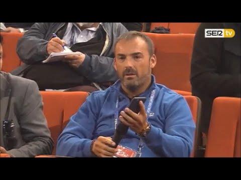 Un periodista utiliza un traductor para realizarle una pregunta en francés a Griezmann