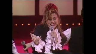 "Paula Abdul performs ""Opposites Attract"""