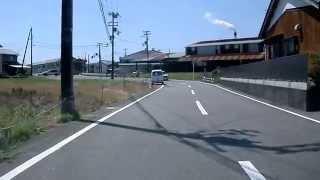 少し狭い路地を走行中、車道右側に保育園の子供たちが、そして踏切の向...