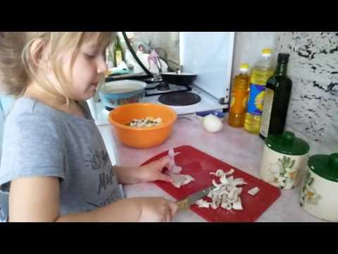 Арина готовит борщ