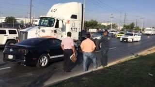Choque de Mustang con tráiler paraliza tráfico en Pérez Serna