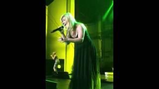 "Front Row! Kelly Clarkson finishes ""Stronger"" Thumbnail"
