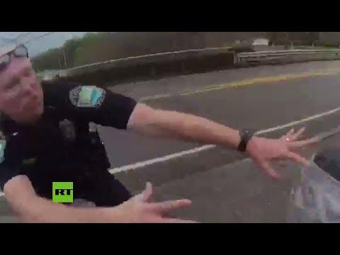 Un suicida salta de un puente y dos policías lo agarran en el último segundo