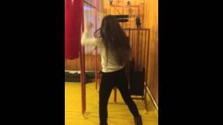 Как девушки бьют боксерскую грушу! )