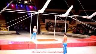 Гимнасты на трансформирующемся турнике-красивое и опасное выступление!
