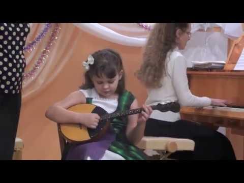 Моя внучка Лиза играет на домре