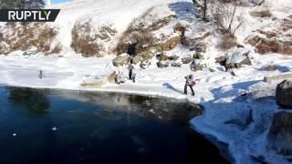 الغطس والسباحة في مياه بحيرة البايكال المتجمدة