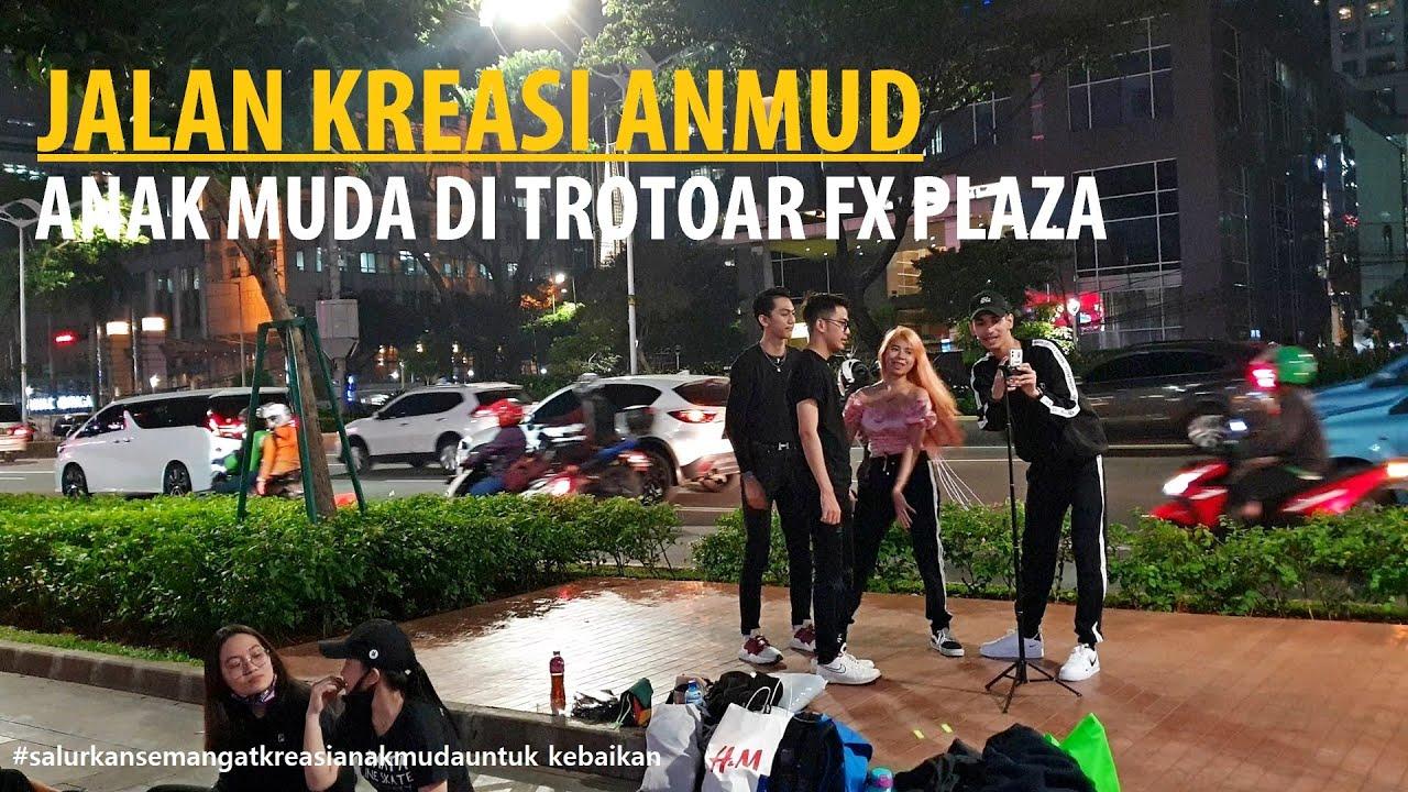 Berjalan kaki di trotoar Jalan Sudirman dari Bundaran Senayan sampai depan fX Plaza Jakarta