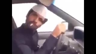 Bonzai Içen Gencin Araba Kullanması