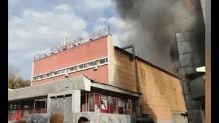 На проспекте Строителей загорелся торговый комплекс \Лотос-2\