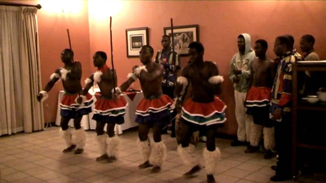 Afrique du sud d monstration d 39 une danse zoulou traditionnelle youtube - Tenue originale femme ...